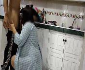 Viene el repartidor a mi casa a entregar un pedido no tengo con que pagarle y le ofrezco mi culo terminamos follando en la cocina se fue bien feliz from देशी गांव की चाची चुदाई लड़